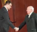 Алексей Падалка получил нагрудный знак и удостоверение Заслуженного машиностроителя